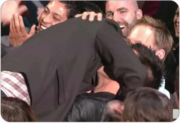 Taylor Lautner and Rob Pattinson kiss on 2011 MTV Movie Awards